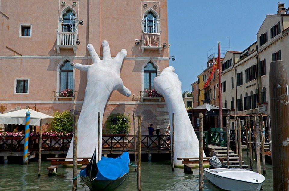 foto Venice hands laguna