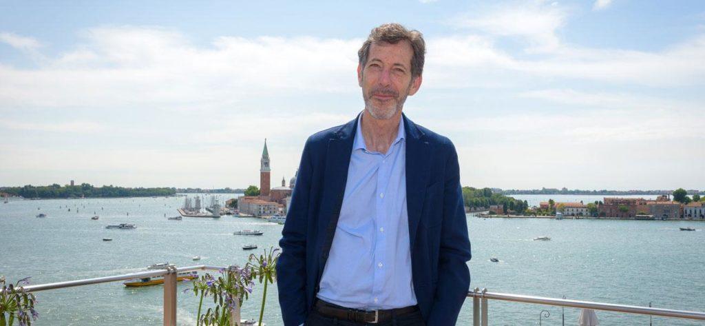 foto di Ralph Rugoff direttore biennale venezia 2019